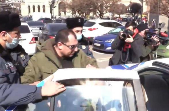 Ոստիկանները բերման ենթարկեցին ցուցարարներին, որոնք Փաշինյանի համար բերված իրերով լցված պայուսակով բողոքի ակցիա էին անում Կառավարության շենքի դիմաց (տեսանյութ)