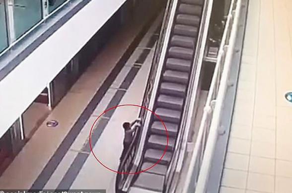Մոսկվայում տեսախցիկը ֆիքսել է` ինչպես է 4-ամյա տղան ծնողների անուշադրության պատճառով 20 մ բարձրությունից ցած ընկնում շարժասանդուղքից (տեսանյութ)