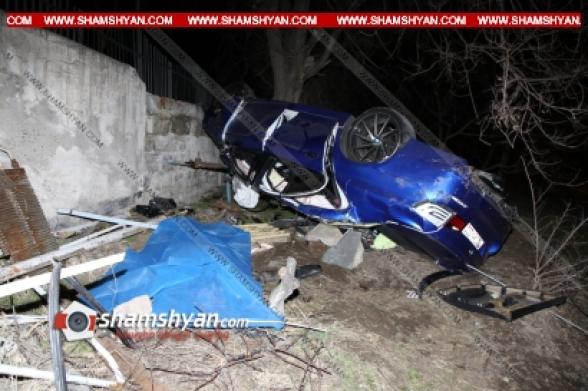 Երևանում 33-ամյա վարորդը BMW-ով բախվել է արգելապատնեշներին, 30 մետր օդով առաջ ընթանալով՝ կոտրել զինկոմիսարիատի երկաթե ճաղավանդակներն ու կողաշրջվել. վարորդը տեղում, ուղևորուհին՝ հիվանդանոցի ճանապարհին՝ մահացել են