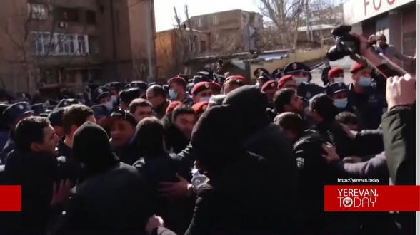 Քաշքշոց` ոստիկանների և Փաշինյանի հրաժարականը պահանջող քաղաքացիների միջև՝ ՀՀ նախագահի նստավայրի մոտ
