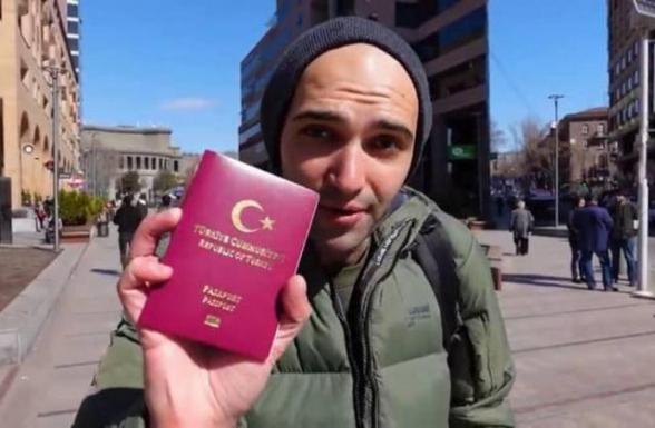 Երևանի կենտրոնում այնպես է նկարվել թուրքական անձնագիրը ձեռքին, կարծես՝ մի մեծ նվաճում է
