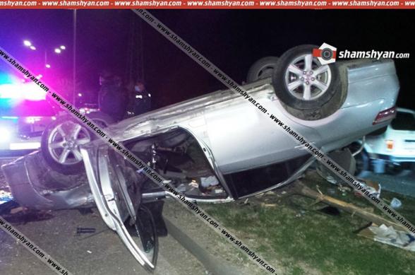 Toyota Camry-ն Մոնթե Մելքոնյան փողոցում տապալել է երկաթե էլեկտրասյունը և գլխիվայր հայտնվել կանաչ գազոնում, 6 անչափահաս տեղափոխվել է հիվանդանոց