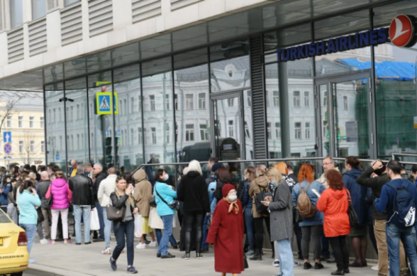 В Москве сотни людей выстроились в очереди у офиса «Turkish Airlines» (видео)