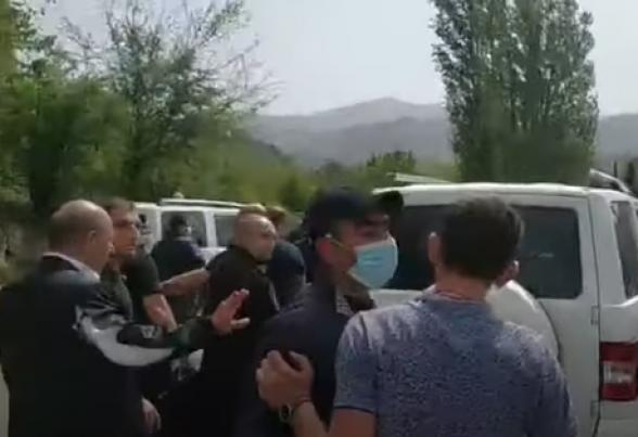 Сюникцы порвали одежду начальника Госслужбы охраны Саркиса Ованнисяна