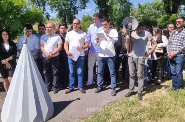 «ՀՀԿ» և «Հայրենիք» կուսակցությունների երիտասարդները բաց նամակ հանձնեցին ԱՄՆ դեսպանությանը (տեսանյութ)