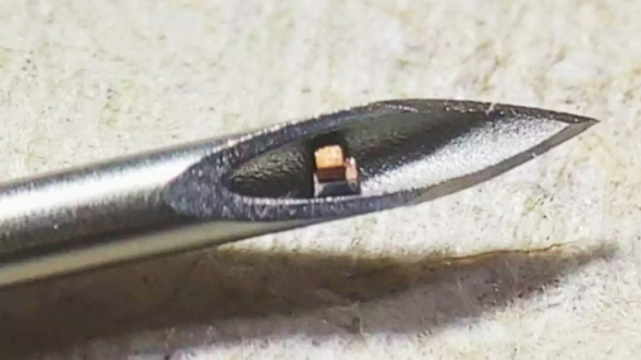 Самый маленький микрочип в мире помещается внутри иглы для инъекций