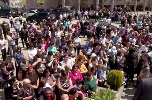 Շուրջ 60 գազել ու ավտոբուս «շրջիկ ցուցարարներ», դիպուկահարներ Սպիտակի կենտրոնում՝ Փաշինյանի նախընտրական քարոզարշավի ժամանակ (տեսանյութ)