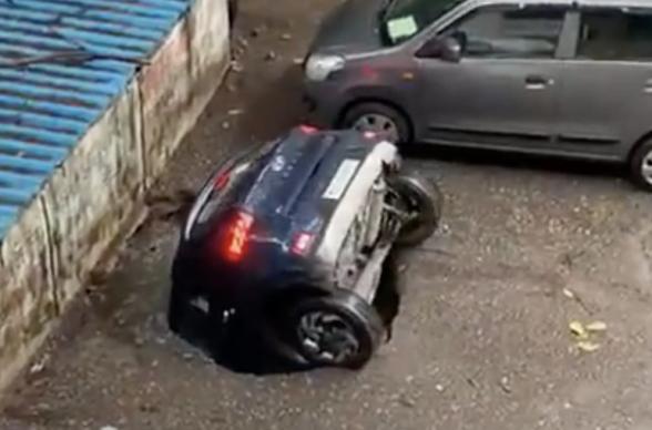 В Мумбаи автомобиль провалился в яму с водой