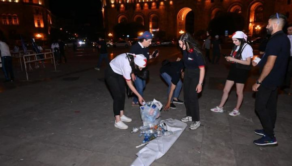 Представители молодёжного крыла блока «Айастан» убрали мусор, оставшийся после митинга на площади Республики (фото)