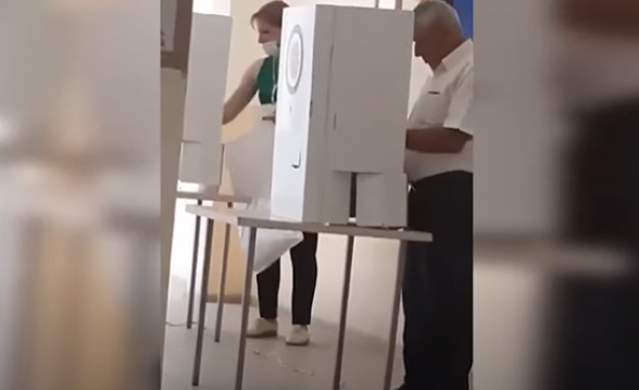 Председатель избирательной комиссии ИУ 15/39 от «Гражданского договора» входит в кабины для голосования и проверяет бюллетени – «Mediaport» (видео)