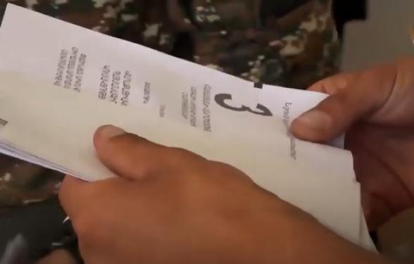Վայոց ձորի մարզի Զառիթափ համայնքում այսպես են տվել քվեաթերթիկը զինվորներին