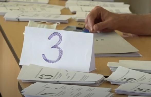 Գավառի 19/22 ընտրատեղամասում հանձնաժողովի՝ քվեաթերթիկները բաժանող անդամը քվեաթերթիկների սեղանի թղթի վրա մեծ 3 նշումն է արել