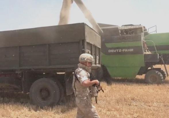 Миротворцы охраняют жителей карабахского Мартуни при сборе урожая пшеницы