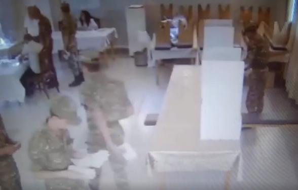 Ահա, թե ինչպես են զինվորներին ուղղորդում․ քվեախցից արդեն պատրաստի քվեաթերթիկը՝ ծրարով, վերցնում դուրս են գալիս (տեսանյութ)
