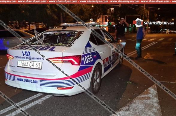 Массивное дерево упало в центре Еревана на автомобиль патрульной службы