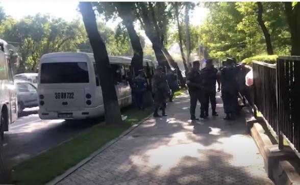 Ոստիկանությունն ավտոբուսներով ուժեր է կենտրոնացրել Ազգային ժողովի մոտակայքում (տեսանյութ)