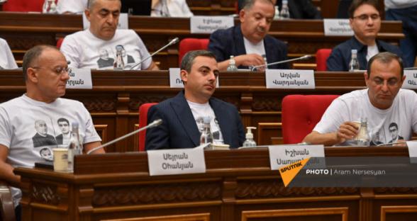 Депутаты от блока «Армения» пришли на первое заседание НС в футболках с фотографиями арестованных глав общин Сюника (видео)
