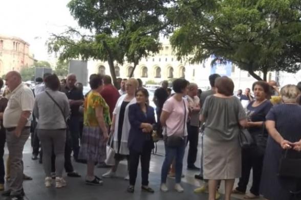 Вынужденные переселенцы из Арцаха провели акцию протеста у здания Правительства РА (видео)