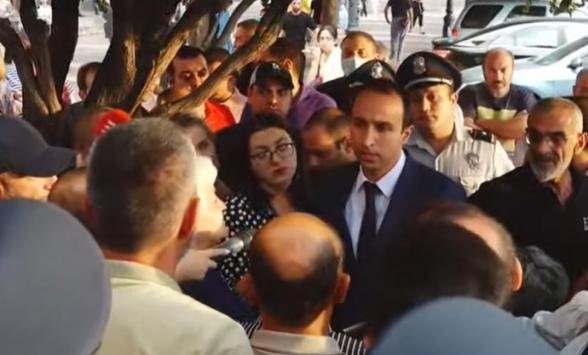 Акция протеста родителей и родственников погибших военнослужащих на площади Республики (видео)