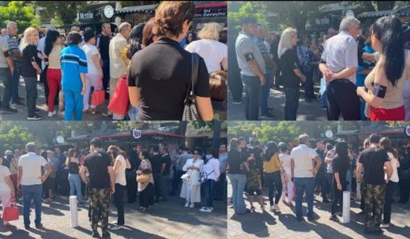 Բողոքի ակցիա` ընդդեմ Սեպտեմբերի 21-ի գունագեղ տոնակատարության․ հերոսների հարազատներին, բռնի ուժ կիրառելով, բերման ենթարկեցին (տեսանյութ)