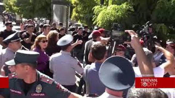 Ոստիկանները բերման ենթարկեցին քաղաքացուն «Նիկոլը հա՞յ է, թե՞ թուրք» հարցը տալու համար