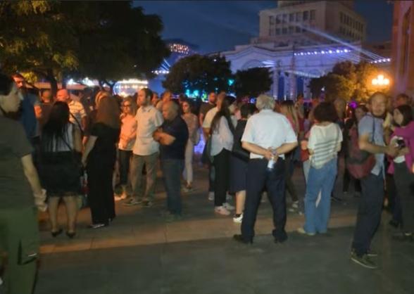 Հերոս զինծառայողների հարազատները Հանրապետության հրապարակում են․ այնտեղ են նաև «Հայաստան» խմբակցության պատգամավորները (տեսանյութ)