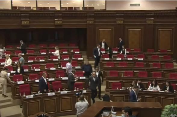 Фракции «Армения» и «Честь имею» покинули зал заседаний НС (видео)